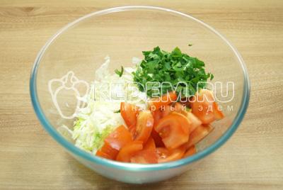 Добавить кусочками нарезанные помидоры и зелень.
