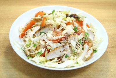 Перемешать салат, посолить по вкусу и заправить маслом, выложить в салатницу.