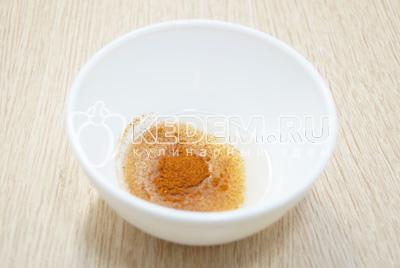 В растительное масло добавить паприку.