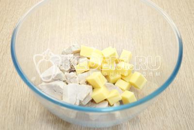 В миску нарезать кубиками курицу и сыр.