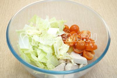 Добавить кубиками нарезанную пекинскую капусту и половинками нарезанные помидоры черри.