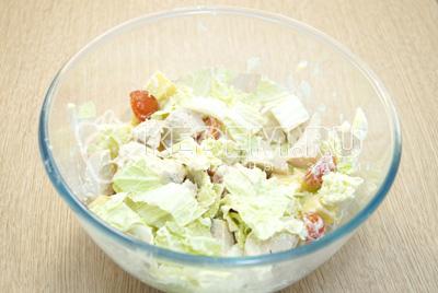 Заправить салат и перемешать.