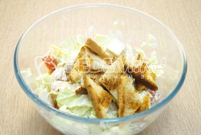 Добавить сухарики перед подачей, аккуратно перемешать салат.