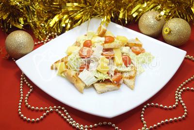 Салат с курицей и сухариками «Новогодний дуэт»