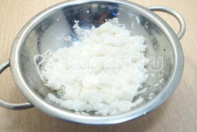 Рис отварить до готовности и промыть.