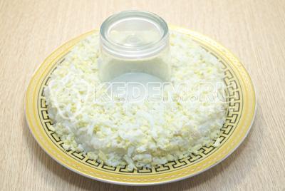Выложить слой тертых яиц. Смазать майонезом.