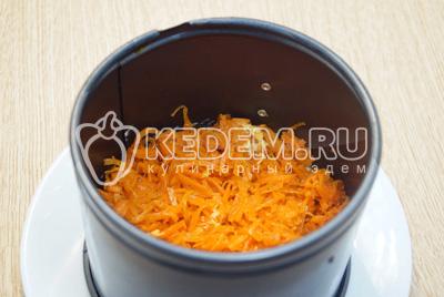 Выложить слой моркови по-корейски.