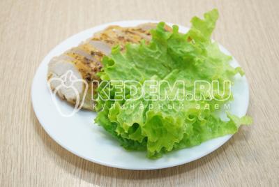 Куриное мясо остудить, листья салата промыть и обсушить.