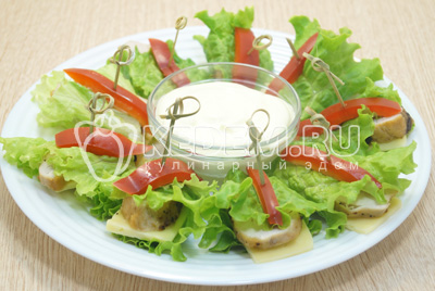 Выложить на блюдо и подавать с сырным соусом.