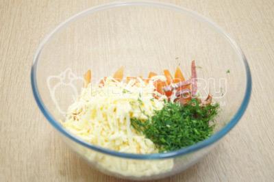 Добавить мелко нашинкованный укроп и тертый сыр.