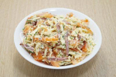 Заправить салат майонезом и выложить в салатницу.
