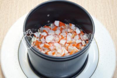 Выложить первым слоем помидоры, смазать майонезом. Вторым слоем выложить тертый сыр. Выложить слой нарезанных крабовых палочек.