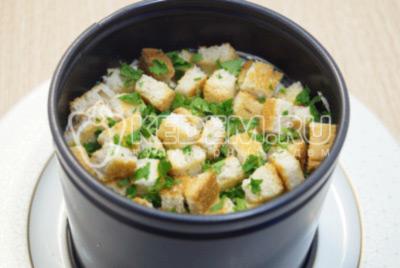 Добавить сверху сухарики из белого хлеба и мелко нашинкованную зелень петрушки.