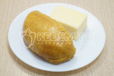 С куриного филе снять кожу,  сыр нарезать соломкой.