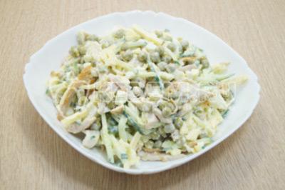 Салат посолить  и перемешать. Выложить в салатник.
