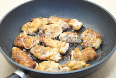 Обжарить свинину на сковороде с двух сторон по 7-10 минут на медленном огне.