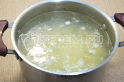 Картофель поместить в кастрюлю и залить водой, варить до полу готовности, 7-10 минут.