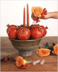 Сервировка стола - ваза с гранатами и цветами