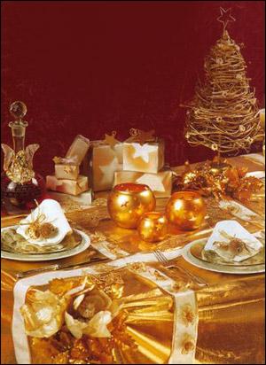 Сервировка Новогоднего стола – идеи по сервировке - золотые стеклянные вазы с мотивом звезд, золотая елка, золотые тарелки, подарки с золотыми звездами