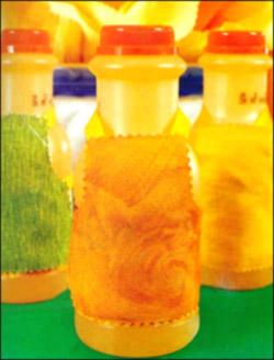 Оригинальные карточки для гостей в виде бутылок с фартуками