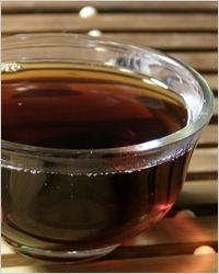 Китайский черный чай пуэр особенно красиво выглядит в стеклянной посуде