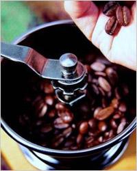Кофемолка с обжаренными зернами кофе