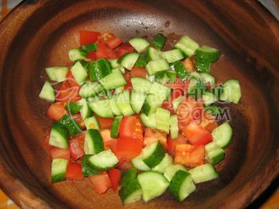 Греческий салат, рецепт приготовления: порезанные крупно овощи