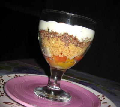 Приготовленный слоеный десерт под сметанным кремом