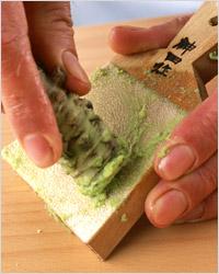Приготовление васаби – очень острый соус ярко-зелёного цвета из растения Wasabi japonica.