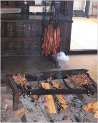 Мясо коптится над огнем