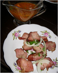 Копченое мясо на тарелке