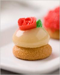 Пирожное украшенное розочкой из марципана