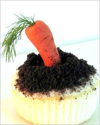 Пирожное с морковкой из марципана
