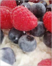 Десерт из творога с красными ягодами