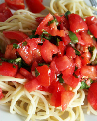 спагетти с соусом из свежих помидоров и базилика