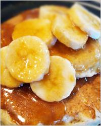 Шоколадные блинчики с бананами и карамельным сиропом