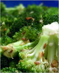 Салат из брокколи с кунжутной заправкой