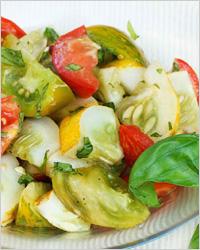 Красивый салат из огурцов и помидоров