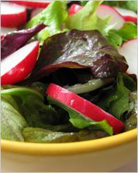 Зелёный салат с редиской и с сахаром
