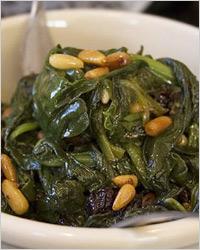 Тёплый салат из шпината с изюмом