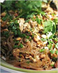 Тёплый салат со свининой, брокколи и фунчозой