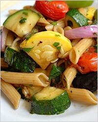 Тёплый салат с овощами-гриль и пастой