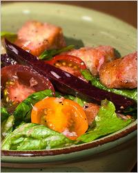 Тёплый салат с фасолью, свининой, черри и шампиньонами