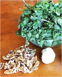 Салат из крапивы с орехами