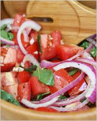 Средиземноморский салат из помидоров и лука