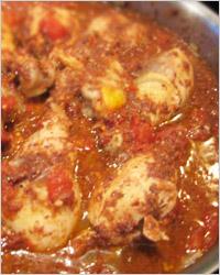 Тушеные в большом количестве томатного соуса куриные ножки по-итальянски