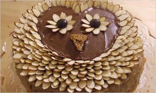 А как насчет более сложного украшения.  Следующий вариант украшения тортов может показаться слишком сложным.