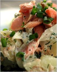 Салат с сыром и копчёной рыбой