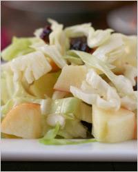 Салат из капусты, яблок и грецких орехов