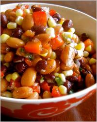 Салат из смеси бобовых и солёных огурцов